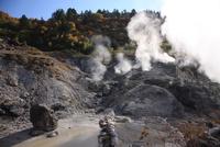 秋の玉川温泉園地噴煙あげる散策コース