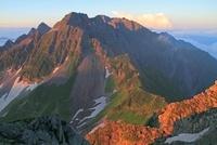 朝の南岳より見た穂高岳