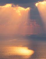 海と光芒 25778000230| 写真素材・ストックフォト・画像・イラスト素材|アマナイメージズ