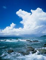 都井岬の海岸と夏雲