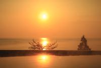 日本海の朝陽と露天風呂