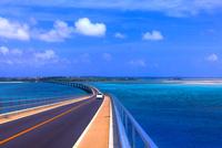 伊良部大橋と干潮 25801013862| 写真素材・ストックフォト・画像・イラスト素材|アマナイメージズ