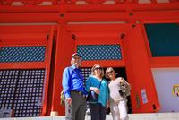 高野山の根本大塔と外国人観光客 25801013991| 写真素材・ストックフォト・画像・イラスト素材|アマナイメージズ