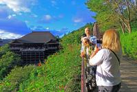 清水寺と観光客 25801014119| 写真素材・ストックフォト・画像・イラスト素材|アマナイメージズ