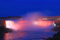 ライトアップのナイアガラの滝