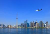 トロントのビル群と飛行機
