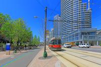 路面電車と高層ビル群 25801014638| 写真素材・ストックフォト・画像・イラスト素材|アマナイメージズ