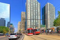 路面電車と超高層ビル群 25801014646  写真素材・ストックフォト・画像・イラスト素材 アマナイメージズ