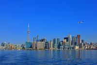 オンタリオ湖と高層ビル群