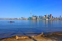 オンタリオ湖のボート遊びと高層ビル群 25801014665| 写真素材・ストックフォト・画像・イラスト素材|アマナイメージズ