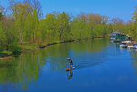 川でサップをする人