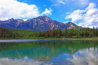 パトリシア湖とピラミッド山 25801014920  写真素材・ストックフォト・画像・イラスト素材 アマナイメージズ
