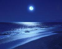 満月と夜の海