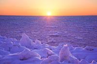 知床の流氷と夕日