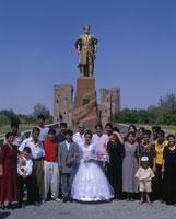 アクサライ宮殿のティムール像前の結婚式