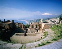 ギリシャ劇場とエトナ火山