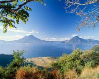 アティトラン湖とサンペドロ山とトリマン山 25826010913| 写真素材・ストックフォト・画像・イラスト素材|アマナイメージズ
