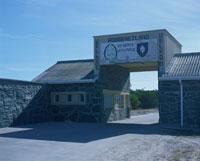 刑務所入口ゲート 25826018697| 写真素材・ストックフォト・画像・イラスト素材|アマナイメージズ