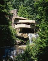 フランク・ロイド・ライト設計の落水荘