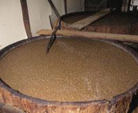 醤油作りにて発酵するもろみ