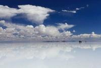 水面が鏡のようになったウユニ塩湖