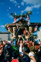 秋祭りのもち投げ 加茂神社 25890000403  写真素材・ストックフォト・画像・イラスト素材 アマナイメージズ