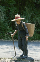カマを持つカゴを背負った女性 25890000614  写真素材・ストックフォト・画像・イラスト素材 アマナイメージズ