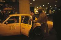 ホテルのドアマンとタクシー 25890000966  写真素材・ストックフォト・画像・イラスト素材 アマナイメージズ