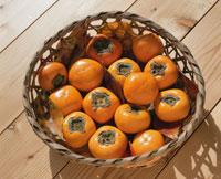 かごに入った柿の実 25890001656  写真素材・ストックフォト・画像・イラスト素材 アマナイメージズ