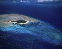 サンゴの堡礁と島 25913000174| 写真素材・ストックフォト・画像・イラスト素材|アマナイメージズ