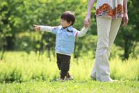 母親と手をつなぐ男の子
