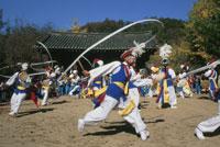 民俗村の農楽踊り 25920001893| 写真素材・ストックフォト・画像・イラスト素材|アマナイメージズ