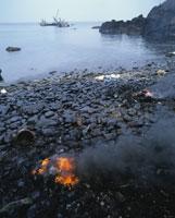 座礁したタンカー汚染された海岸