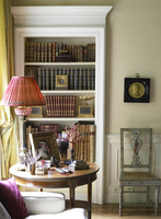 Collection of objects on side table in front of bookcase in Italian home 25937007926| 写真素材・ストックフォト・画像・イラスト素材|アマナイメージズ