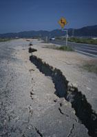 鳥取県西部地震 地割れ 25940000092| 写真素材・ストックフォト・画像・イラスト素材|アマナイメージズ
