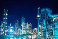 夜の工場プラント 25940000308  写真素材・ストックフォト・画像・イラスト素材 アマナイメージズ