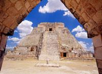 ウシュマル魔法使いのピラミッド 25947033363| 写真素材・ストックフォト・画像・イラスト素材|アマナイメージズ