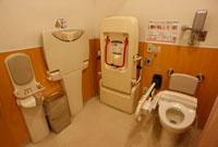 ユニバーサルデザインの多目的トイレ