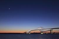富士山とゲートブリッジの夜景 25977006982  写真素材・ストックフォト・画像・イラスト素材 アマナイメージズ