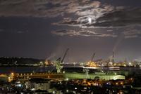 室蘭の港とおぼろ月