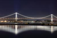ライトアップされた白鳥大橋の夜景