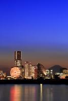みなとみらいの高層ビル群と富士山の夜景