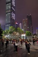 広場で踊る人たち