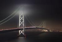 雲が低い夜の明石海峡大橋