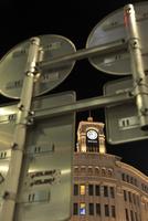 道路標識の裏側と銀座の夜景