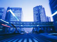 道を走るシーン 25991000282  写真素材・ストックフォト・画像・イラスト素材 アマナイメージズ