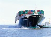 コンテナを押すタグボート 25996005423  写真素材・ストックフォト・画像・イラスト素材 アマナイメージズ