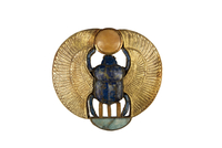 Pendentif en forme de scarabee aile surmonte du disque solai 26004020413| 写真素材・ストックフォト・画像・イラスト素材|アマナイメージズ