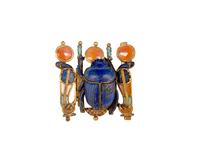 Pendentif en forme de scarabee flanque de deux uraei dressee