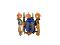 Pendentif en forme de scarabee flanque de deux uraei dressee 26004020414| 写真素材・ストックフォト・画像・イラスト素材|アマナイメージズ
